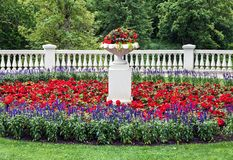 Canteiro de flores ajardinado com detalhes clássicos da arquitetura Foto de Stock