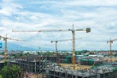 Canteiro de obras com construção dos guindastes Fotografia de Stock
