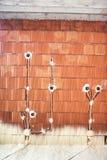 Canteiro de obras com materiais eficientes da energia, isolação térmica e paredes de tijolo com tomadas e tubulações da eletricid Imagens de Stock