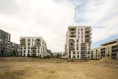 Canteiro de obras com prédios de apartamentos modernos novos - casas da baixo-energia foto de stock