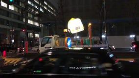 Canteiro de obras da borda da estrada no Tóquio do centro, tarde em uma noite molhada e ventosa video estoque