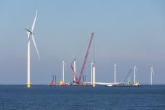 Canteiro de obras da exploração agrícola de vento a pouca distância do mar perto da costa holandesa foto de stock