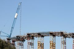 Canteiro de obras da maquinaria pesada da ponte e do guindaste foto de stock royalty free