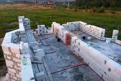 Canteiro de obras em que as paredes são construídas de blocos de cimento do gás fotografia de stock