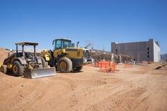 Canteiro de obras novas com o motor do escavador e da terra no primeiro plano Foto de Stock