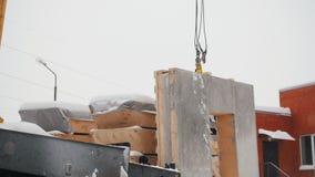 Canteiro de obras O guindaste industrial levanta acima a carga filme