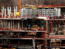 Canteiro de obras que inclui o guindaste que trabalha em um complexo de construção Foto de Stock