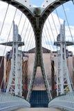 Canteleverbrug aan een glasgebouw bij Salford-dokgebied in Manchester het UK Royalty-vrije Stock Afbeeldingen