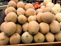 Canteloupe som är till salu på in en jordbruksprodukteravdelning av en livsmedelsbutik fotografering för bildbyråer