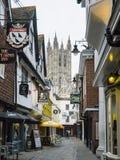 Canterbury domkyrka som är längst ner av lappad slaktgränd Arkivfoto