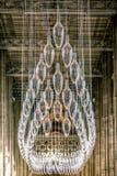 CANTERBURY, INGLATERRA 8 DE NOVEMBRO DE 2018: Interior da catedral de Canterbury Candelabro de vidro central imagem de stock