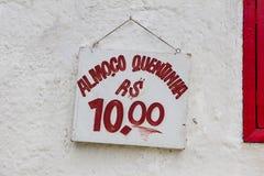 Canti che legge, in portoghese, il pranzo per 10 reais, fondo bianco, fonte rossa, Rio de Janeiro fotografia stock libera da diritti