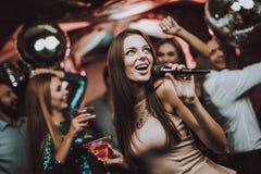 Canti e beva Club di karaoke Belle ragazze immagine stock libera da diritti