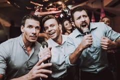 canti Microfono Night-club moderno d'avanguardia ragazzi fotografie stock