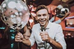 Canti nel karaoke uomini Club di ballo Uomo e donne felici fotografia stock libera da diritti