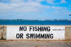 Canti non dice PESCA O IL NUOTO sul porto di San Diego, la California La California è conosciuta con un buon se Questo porto trat fotografia stock libera da diritti