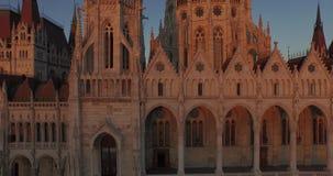 Cantidad aérea de alta calidad del edificio húngaro del parlamento en estilo gótico almacen de metraje de vídeo