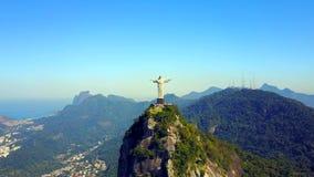 Cantidad aérea de Cristo el redentor en Rio de Janeiro, el Brasil almacen de metraje de vídeo