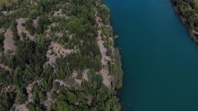 Cantidad aérea de la belleza de colinas y del lago azul cristal Cantidad agradable de la vieja carrera con los lagos agradables almacen de metraje de vídeo
