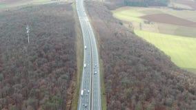Cantidad a?rea de la carretera y de los bosques y campos alrededor de ella, 4k almacen de metraje de vídeo