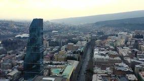 Cantidad aérea de la ciudad hermosa de Tbilisi con su arquitectura diversa, 4k metrajes