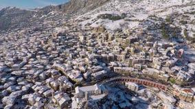 Cantidad aérea de la ciudad de la montaña almacen de video