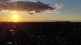 Cantidad aérea de la ciudad y de la bahía de Melbourne en la puesta del sol de suburbios metrajes