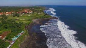 Cantidad aérea de la costa de mar cerca al templo de Tanahlot en la isla de Bali almacen de metraje de vídeo