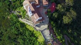 Cantidad aérea de la iglesia de Monserrate desde arriba en Bogotá, Colombia metrajes