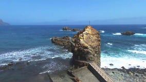 Cantidad aérea de la playa y de los acantilados de Taganana, situada en Tenerife del norte, islas Canarias, España almacen de metraje de vídeo