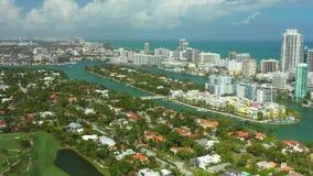 Cantidad aérea de las escenas costeras hermosas de Miami Beach almacen de metraje de vídeo