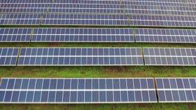 Cantidad aérea de las filas de energía solar de los módulos o de los paneles de los centenares Planta fotovoltaica enorme del pic almacen de metraje de vídeo