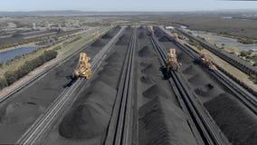 Cantidad aérea de las reservas del carbón y de los excavadores de rueda de cubo almacen de metraje de vídeo