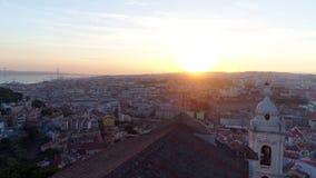 Cantidad aérea de Lisboa en puesta del sol almacen de metraje de vídeo
