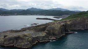 Cantidad aérea de los acantilados y de las montañas cerca del océano en Taiwán, 4k metrajes
