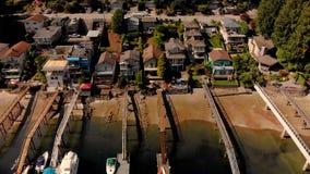 Cantidad aérea de los hogares de la costa en la ensenada profunda, Vancouver del norte, Canadá almacen de metraje de vídeo