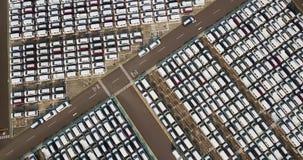 Cantidad aérea de los nuevos coches parqueados afuera almacen de metraje de vídeo