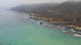 Cantidad aérea de Misty Northern California Coastline almacen de video