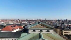 Cantidad aérea de Munich, calles muy transitadas con el tráfico, día soleado, Alemania, 4k metrajes