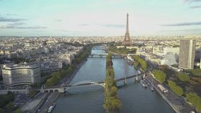 Cantidad aérea de París Torre Eiffel Tiros del abej?n almacen de video