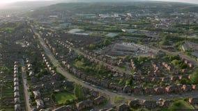 Cantidad aérea de Sheffield City y de suburbios circundantes en la puesta del sol en primavera almacen de metraje de vídeo