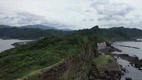 Cantidad aérea de un alto acantilado y de las montañas con los bosques en el horizonte metrajes