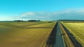 Cantidad aérea de una madrugada inglesa rural de la carretera nacional almacen de metraje de vídeo
