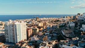 cantidad aérea del abejón de la ciudad con paisaje marino hermoso la ciudad vieja en la puesta del sol foto de archivo