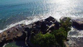 Cantidad aérea del abejón de Pura Tanahlot Temple en la isla de Bali almacen de metraje de vídeo