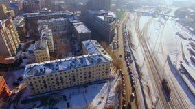 Cantidad aérea del abejón durante día de invierno de la ciudad Niebla con humo urbana Vista superior de pistas ferroviarias almacen de metraje de vídeo