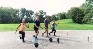 Cantidad aérea, del abejón del grupo de hombres bien entrenados y mujeres que hacen ejercicios