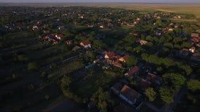 Cantidad aérea del abejón del pequeño pueblo almacen de video