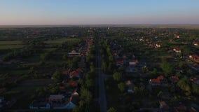 Cantidad aérea del abejón del pequeño pueblo metrajes