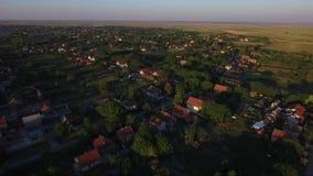 Cantidad aérea del abejón del pequeño pueblo almacen de metraje de vídeo